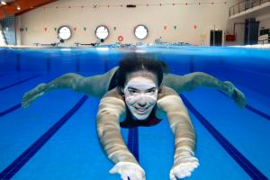 NSF dame svømmer under vann