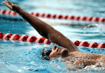 Mann rygg svømming