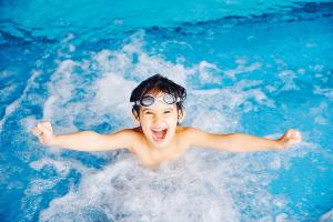 Gla gutt i vann