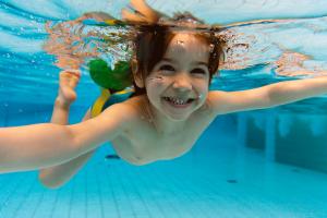 NSF gutt smiler under vann