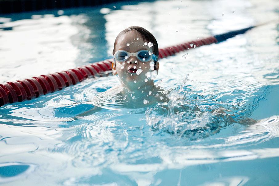 NSF gutt trener på svømming