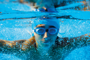 NSF gutt under vann med briller på