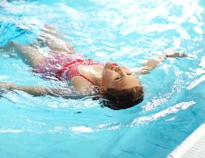 NSF skolesvommen jente på rygg i vann