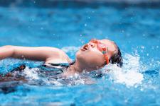 NSF jente ryggsvømming
